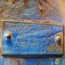 Das alte Typenschild vom Motor des Brückenkrans